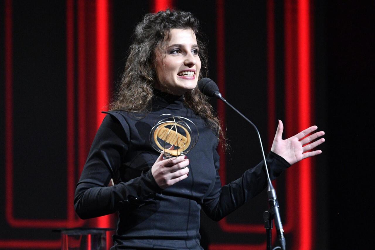 """Matea Marušić, mlada glumica GK """"Joza Ivakić"""" Vinkovci, pri preuzimanju nagrade """"Zlatni studio"""" 2021."""